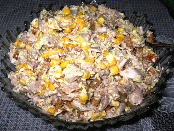 Салат из кукурузы и курицы с сухариками
